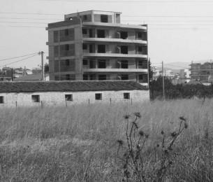 """par François TRAVERT  """"A l'automne 2008, alors que sommeillait l'effondrement de l'économie Grecque, des promenades dans la campagne athénienne me révélaient l'existence de paysages péri-urbains nés de la dernière pluie, paysages complètement neufs, qui avaient profité du dynamisme post-olympique et avaient largement profité aux grandes compagnies de BTP""""..."""