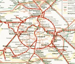 Par Hugo Receveur  Au départ d'un quai de métro et au moment de rentrer dans cette rame jaune et rouge, je réalise que je vais prendre place dans une expédition littéraire portant sur un mode de performance écrite au sein d'un métro aérien de Berlin : l'emblématique Ring Bahn, ou appelé aussi petite ceinture de Berlin -ligne S41 et S42...