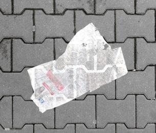 Par Laure Catugier  Dès 2009, j'entame une collecte d'images d'«objets trouvés». Ils me sont apparus pour la première fois à la fonte des neiges dans les rues berlinoises, vers mars, avril.  Sac, vêtement, journal, poster, carton de pizza... Lors de déambulations urbaines, je traque ces objets posés au sol, en évidence abandonnés.